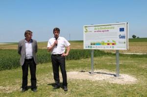 Hervé Lapie, président de Symbiose et Raymond Joannesse, vice-président de la commission développement durable du conseil régional, inaugurent le « Parcours Découverte de la Biodiversité en milieu agricole ».
