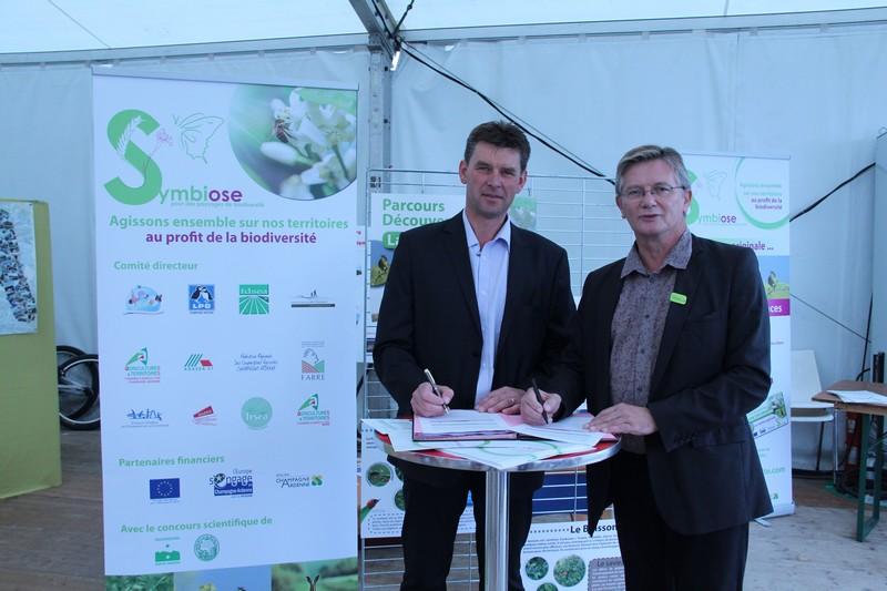 Hervé Lapie, président de Symbiose en présence de Raymond Joannesse, vice-président du conseil régional, signe les engagements de la Charte de Biodiversité en Champagne Ardenne.