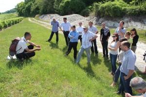 Jérémy Miroir présente au groupe l'intérêt de préserver la biodiversité sur les talus viticoles.